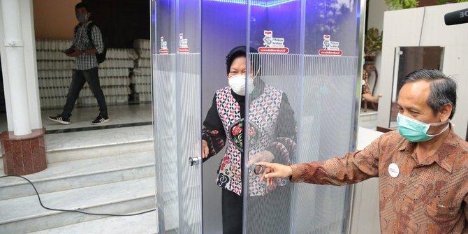 Cegah Corona, Risma Perkenalkan Bilik Disinfektan Trisakti