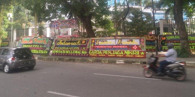 Puluhan Karangan Bunga Dukung Pelarangan FPI di Medan