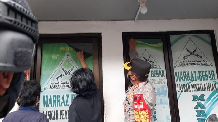 Pemuda Petamburan Copot Atribut FPI Termasuk Baliho Gambar Rizieq Shihab Didampingi Polisi