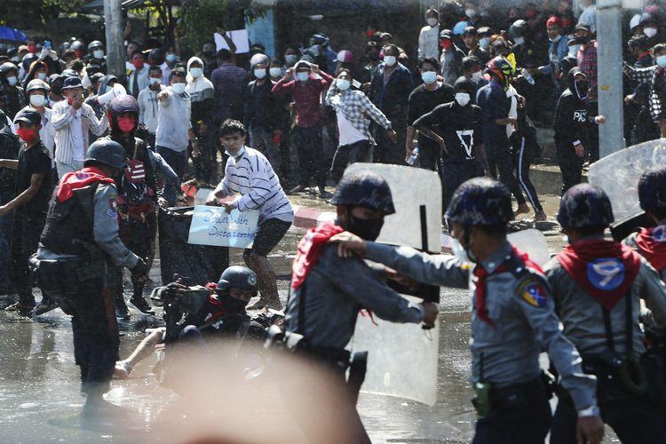 Detik-detik Polisi Myanmar Beralih Mendukung Demonstran Penentang Kudeta