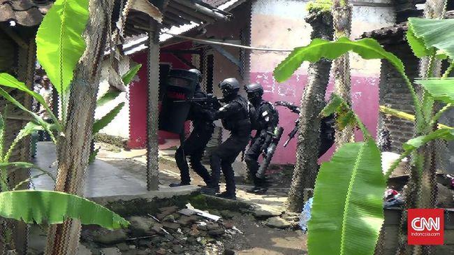 Saksi: Bonceng Anak, Terduga Teroris Disergap hingga Jatuh