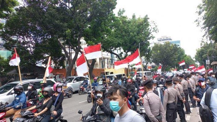 Ratusan Massa yang Tergabung dalam Jakarta Bergerak Berunjuk Rasa Menolak Penyelenggaraan Formula E